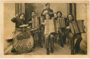 carte-postale-ancienne-musique-et-musiciens-orchestre-le-pelican-de-nina-jazz-accordeons-banjo-et-batterie